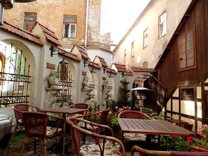 Внутрішній дворик ресторану «Mons Pius»