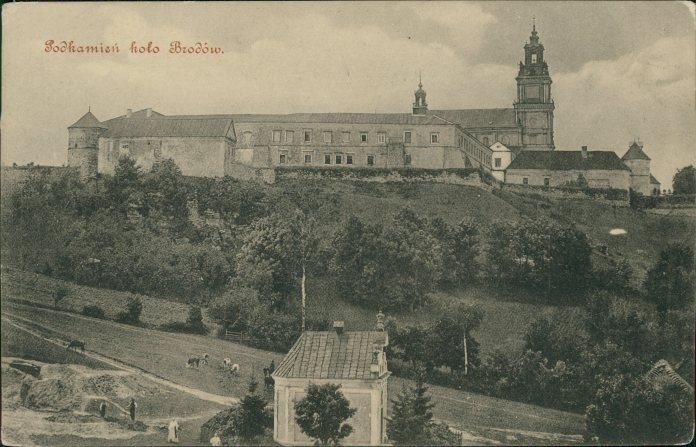 Вид на монастир зі стороні скелі. Фото 1915 року
