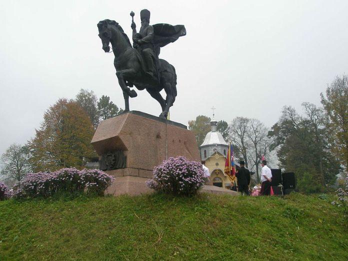 Пам'ятник Петру Сагайдачному у його рідних Кульчицях. Фото з www.profi-forex.org