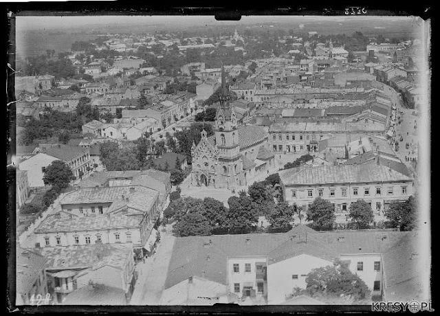 Вид з гори на Стрийський костел та навколишню забудову.