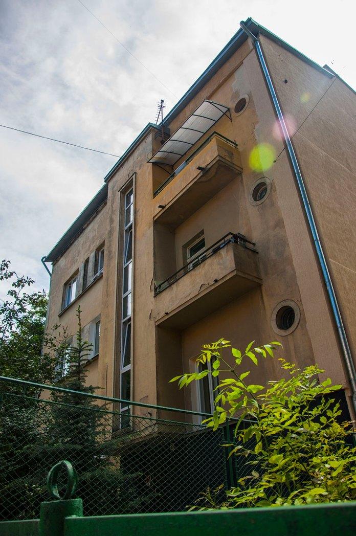 Будинок № 63 на вул. Котляревського, на світлині видно еркер, вікна-ілюмінатори, типові для цього стилю, фото М. Ляхович