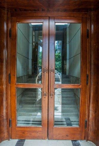 Будинок № 40 на вул. Котляревського, класичні для функціоналізму вхідні двері, фото М. Ляхович