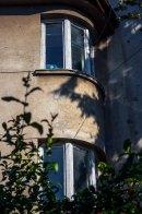 Будинок на вул. Лижв'ярській, 18, (на світлині видно типові для стилю вікна) фото М. Ляхович