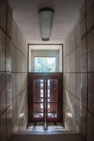 Будинок № 40 на вул. Котляревського, класичний для функціоналізму вхід у під'їзд, фото М. Ляхович
