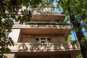 Будинок № 14 на вул. Левинського, фасадом повернутий на вул. Котляревського, на фото видно типові для стилю балкони, фото М. Ляхович