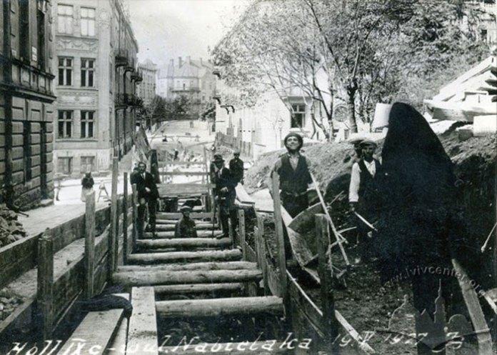 Вул. Набєляка(Котляревського),покладка водогону, 1927 рік