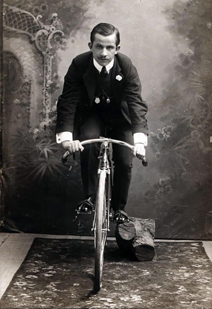 У кінці ХІХ століття у велосипедистів з'явилася своя уніформа