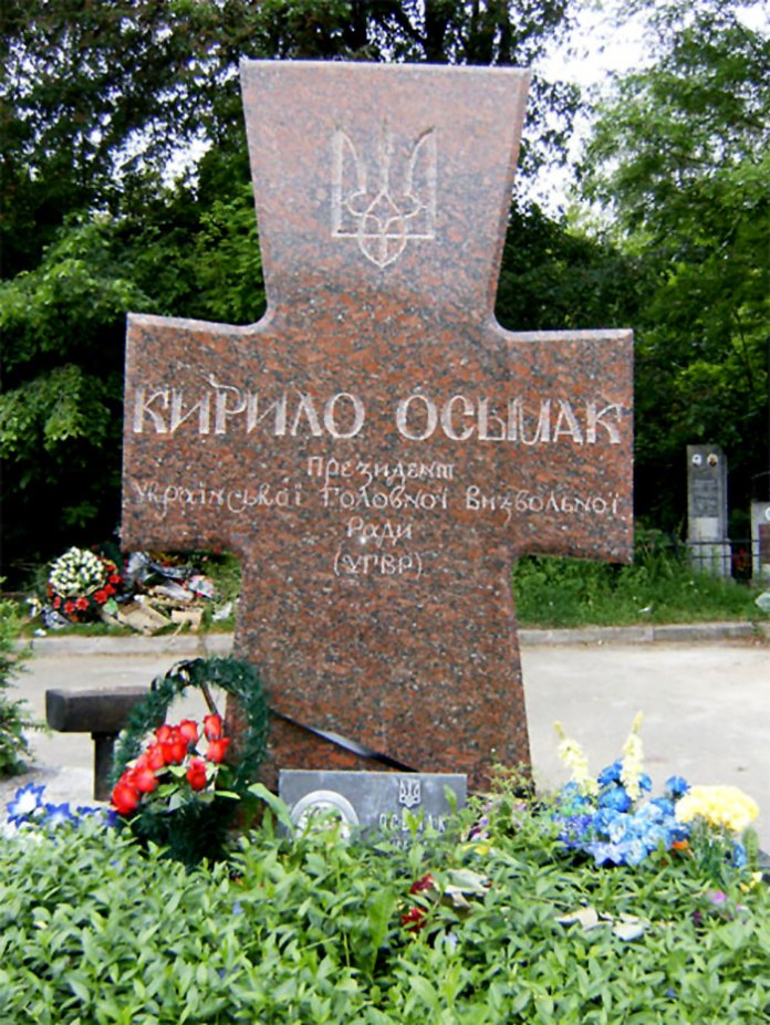 Могила Кирила Осьмака на Байковому кладовищі