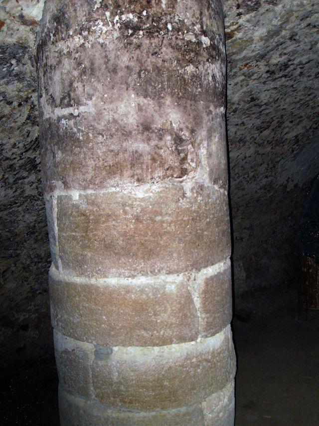 Колона підземелля Львівського музею історії релігії