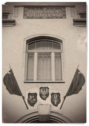 Герби Польщі, Литви та України на фасаді школи. Фото:http://school6.lviv.ua/