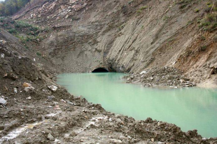 На зворотному кінці тунелів утворилось озеро доволі дивного кольору.