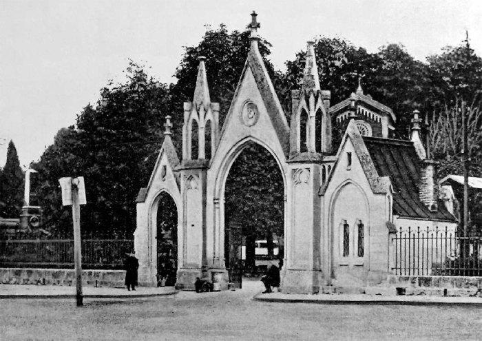 Головні ворота Личаківського цвинтаря, фото близько 1900 року
