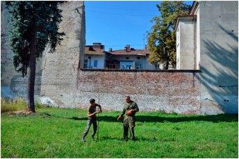 Процес зондування території двору. Фото – Олег Сітарський.