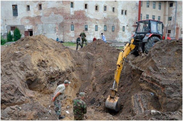 Зняття верхнього шару ґрунту та сміття з допомогою спецтехніки у ямі № 2. Фото – Олег Сітарський.