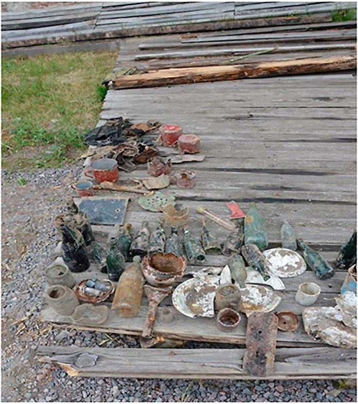 Знахідки, вилучені з шару побутового сміття. Фото – Михайло Возняк.