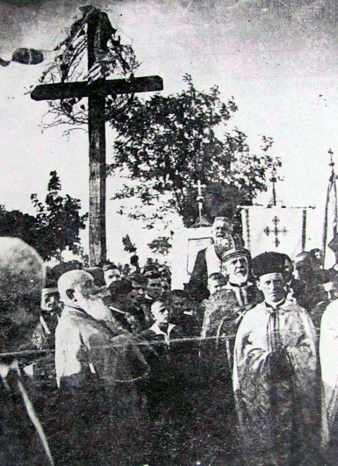 Отець-митрат Олекса Базюк (стоїть біля Хоругви) під час панахиди за українськими січовими стрільцями полеглими в боях на горі Ключ біля села Труханів на Сколівщині