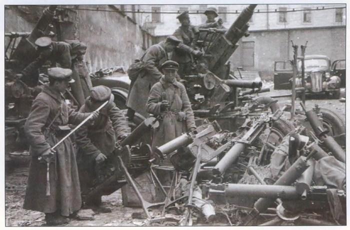Совєтські офіцери оглядають трофейну польську техніку, 1939 р