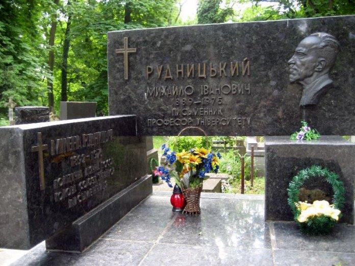 Могила Мілени та Михайла Рудницьких у Львові на Личаківському цвинтарі.