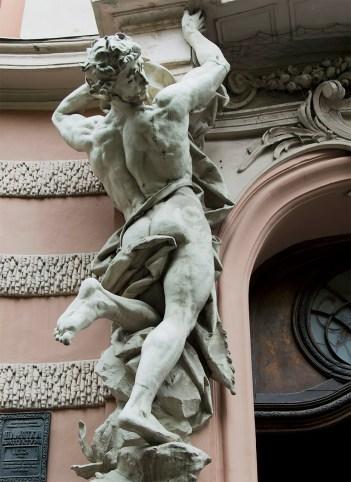 Т. Фрідль та Р. Фолькель. Атланти на фасаді Будинку вчених. Фото: Ксенія Янко