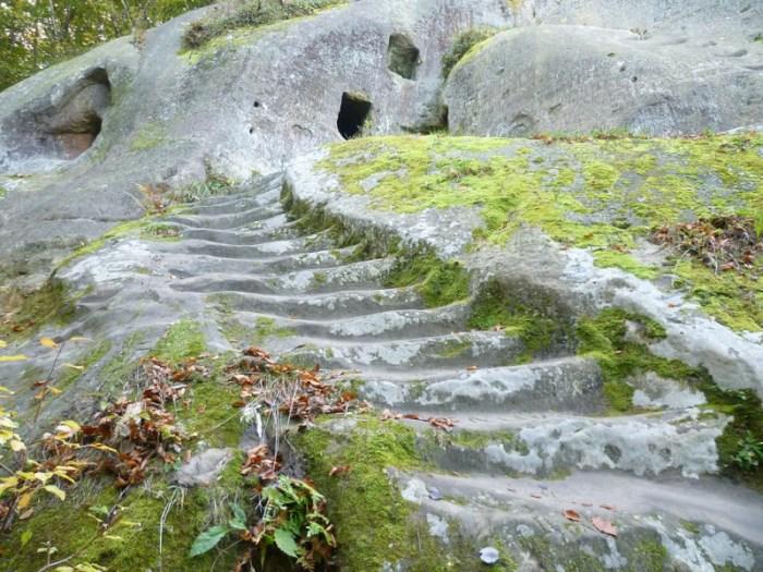 Штучні кам'яні сходи, котрі в давнину були оснащені дерев'яними перилами