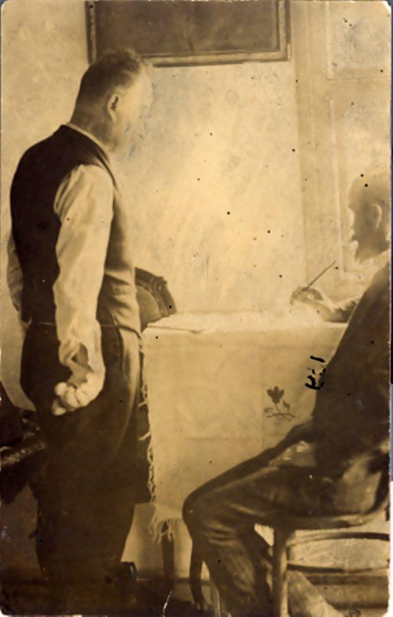 Іван Франко, маючи паралізовані руки, диктує свої твори учителеві Завадовичу. Криворівня, 1912 р.