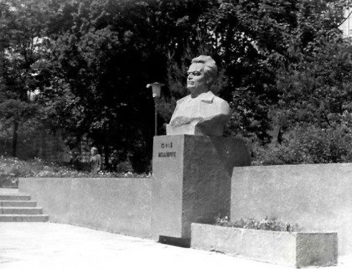 Пам'ятник Юрію Мельничукові