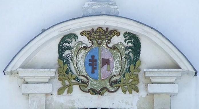 Герб Топор присутній на костелі у Семенівці