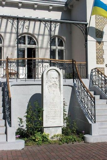 Стела з барельєфом Михайла Грушевського (вул. Івана Франка, 154)
