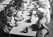 Печення пасок в дошкіллі, 1938 р. Фото Я. Савки (Українське Дошкілля. – 1938. – Ч. 2)
