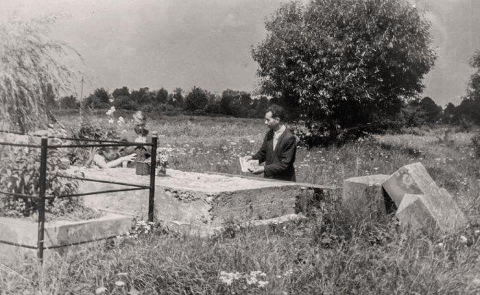 Отець Богдан Репетило на могилі Кир Миколая Чарнецького. Кульпарківський цвинтар. Кінець 1950 – початок 1960-х рр.