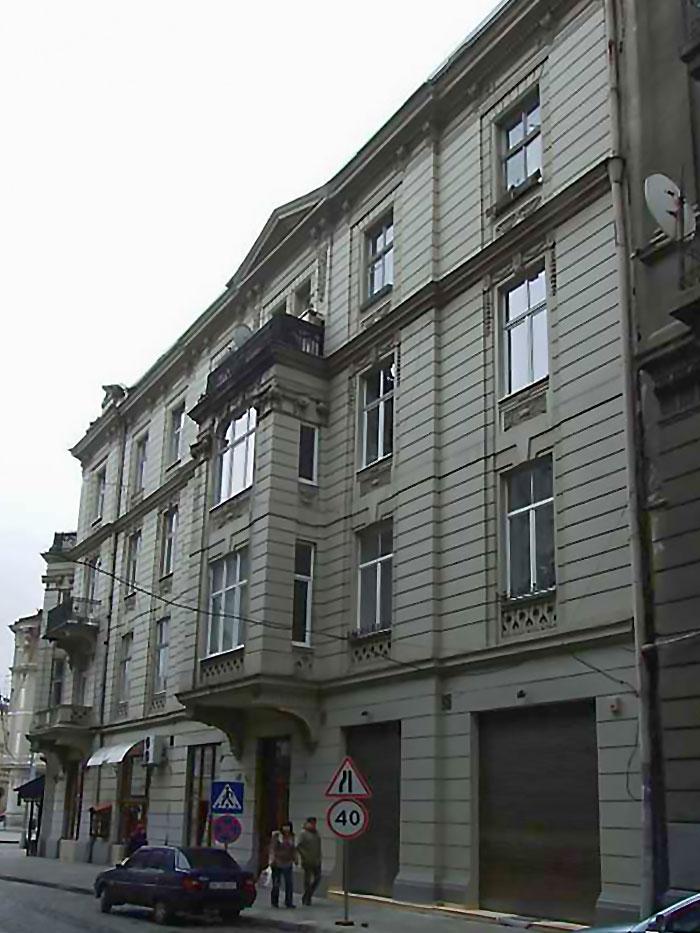 Будівля театру-студії естрадних мініатюр «І люди, і ляльки» . Фото: http://www.pslava.info/