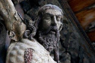 Поверхні кам'яних фігур, знищені під час пожеж. Фото – А. Казберук