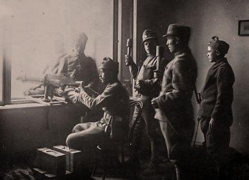 Скоростріл у вікні сейму. Фотографія 1918 року.