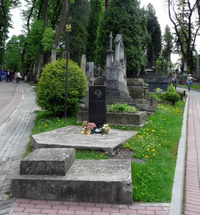 Могила Гніздовського на Личаківському цвинтарі. Фото з maydan.drohobych.net