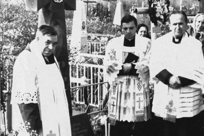 Отець Євстахій Смаль (ліворуч) з римо-католицькими священиками