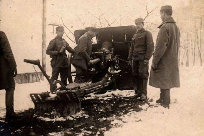 Гаубиці біля теперішнього ресторану на Високому Замку. Фотографія 1918 року.