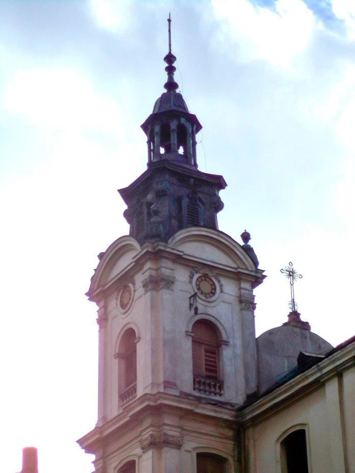 Вежа костелу Марії Магдалини з пам'ятним ядром з боїв 1918 року. Сучасне фото