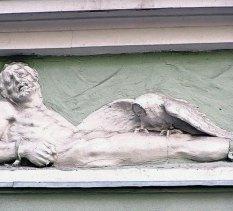 Рельєфне зображення на фасаді кам'яниці на вул. Ставропігійській, 4