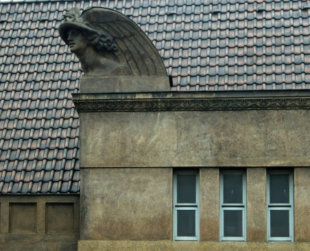 Скульптурні фрагменти на будівлі Кредитного товариства(зараз відділення НБУ).Меркурій. Фото: Ксенія Янко