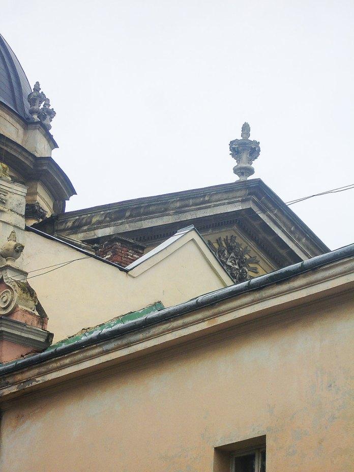 Фронтон церкви Пресвятої Євхаристії у Львові.