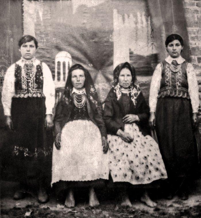 Жінки з с. Дмитре поблизу Щирця. На передньому плані зображені заміжні жінки. Хустка на кембалці, накинута на голову. Господині поверх спідниці носили запаску (фартух). Дівчата без головних уборів. Поверх сорочки кірсетка шита із ситцю, вовняної тканини, шовку. Вони були цікаво звужені при талії, розширені знизу, надавали легких силуетних ліній усьому комплексові. Ззаду при талії нашивали ряди ґудзиків і робили глибокі складочки. На відміну від жіночок, котрі сидять босоніж у дівчат на ногах шнуровані черевички.