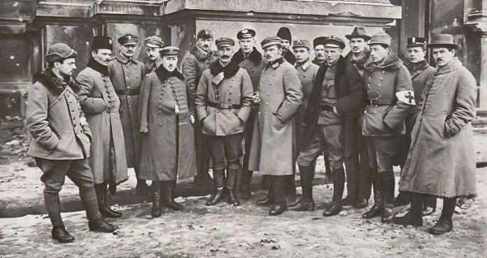 Польський штаб перед приміщенням Сейму, 22 листопада 1918 року