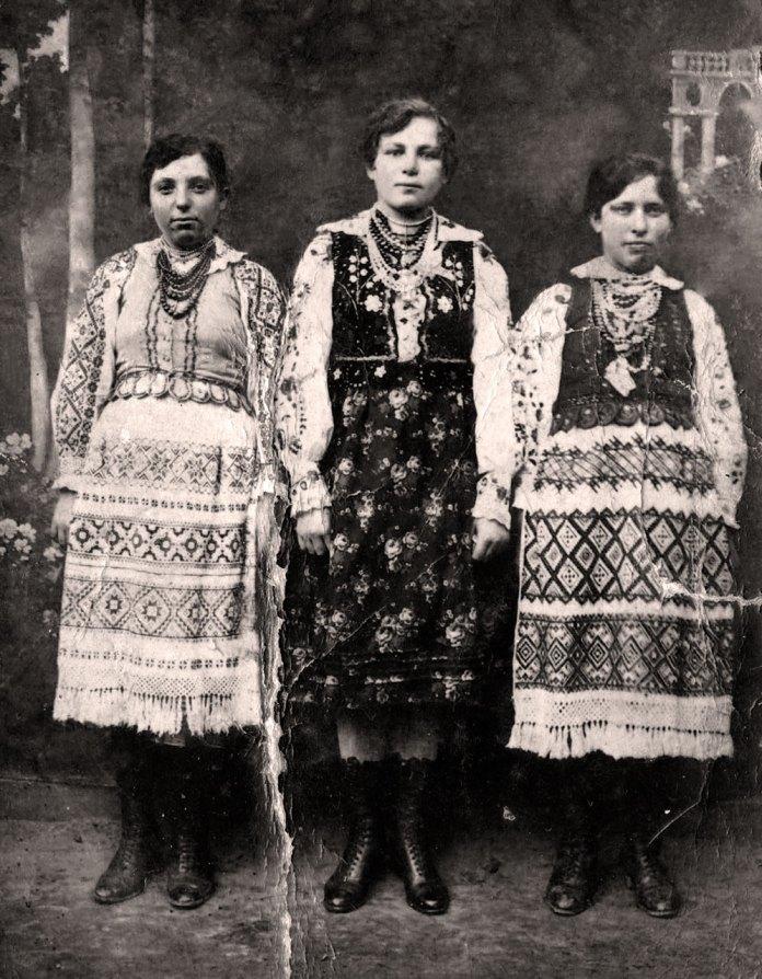 Дівчата з с. Хоросно.Ромб символ засіяного поля, зубці на кірсетці.