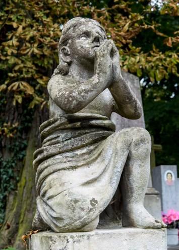 Дитя підносить руки у молитві. Поширений мотив творчості Павло Ойтелє. Фото: Ксенія Янко
