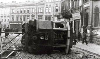 Перекинутий трамвай на розі Шпитальної і Городоцької. Фото 16-17 квітня 1936 року
