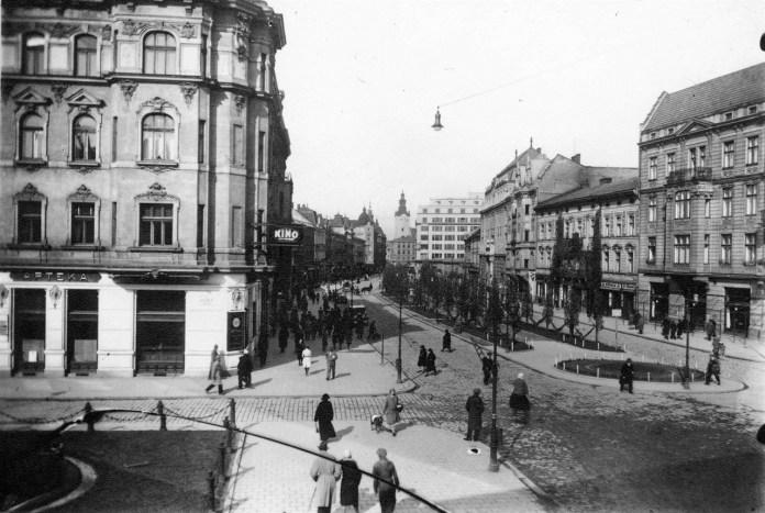 Житловий будинок на пр. Шевченка (будівля справа, завита плющем). Фото 1914 року невідомого автора.