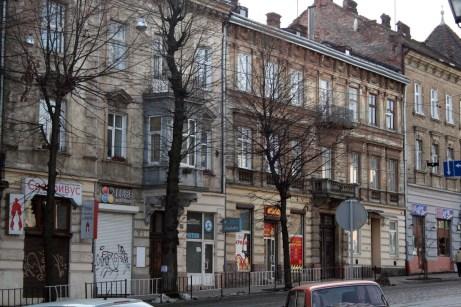 Будинок на вул. С. Бандери, 9 (по центру), спроектований Л. Балдвіном-Рамултом. Фото: Анастасія Нерознак