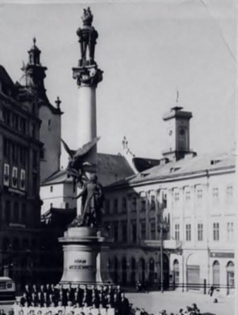 СУОМ містилася в уже неіснуючому будинку на площі Міцкевича (на цих світлинах – за пам'ятником поета)