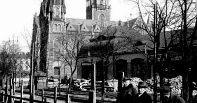 Площа перед костелом св. Ельжбети. На задньому плані зліва – базар Грьодлів. 1920-ті