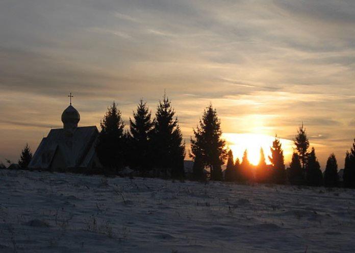 Сонце сідає за Високу гору.